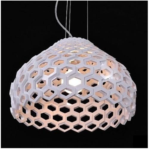 Colgante con calado geométrico. Cuerpo en acrílico alto impacto, para 1 lámpara E27, apto led.