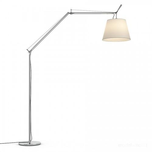 Lámpara de pie construida en aluminio brillante con pantalla de tela raso de seda natural.